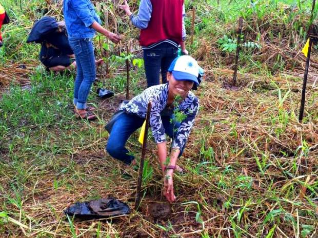 The author, planting a tree at the MMDA Landfill in San Mateo, Rizal