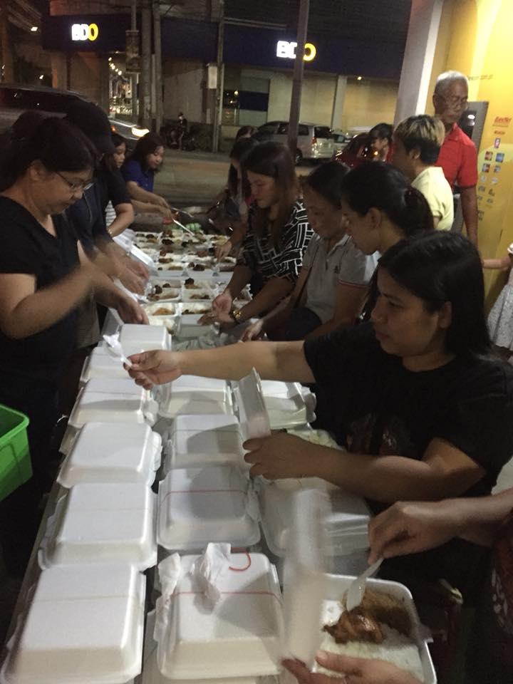 Volunteers distributing food at Karinderia ni Mang Urot